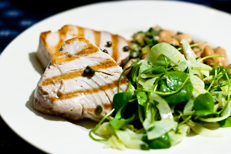 Grilled tuna, fennel salad and white beans